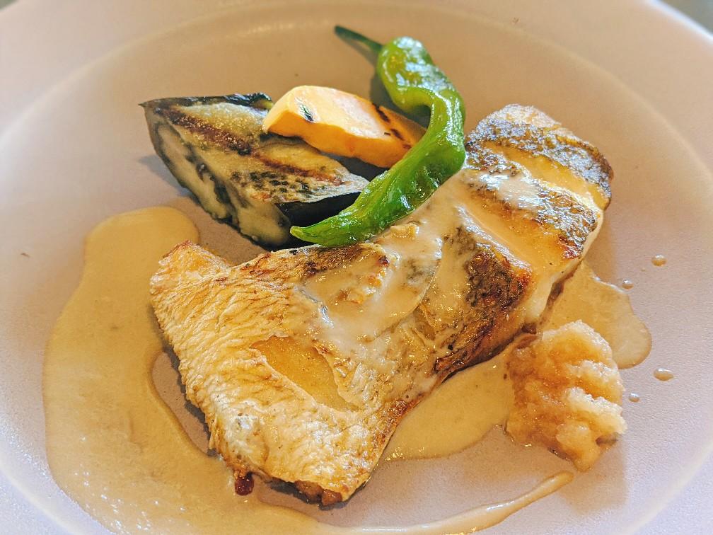ハレノサラの真鯛のポワレ醤油と新生姜のクリーム