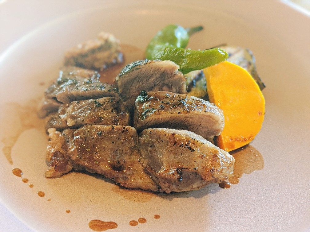 ハレノサラの淡路えびすもち豚の頰肉のコンフィ赤ワインソース