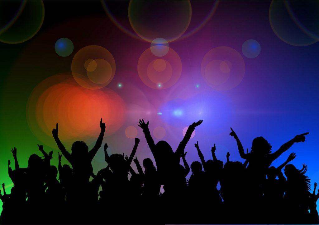 DJパーティーで盛り上げる盛り上がる人々