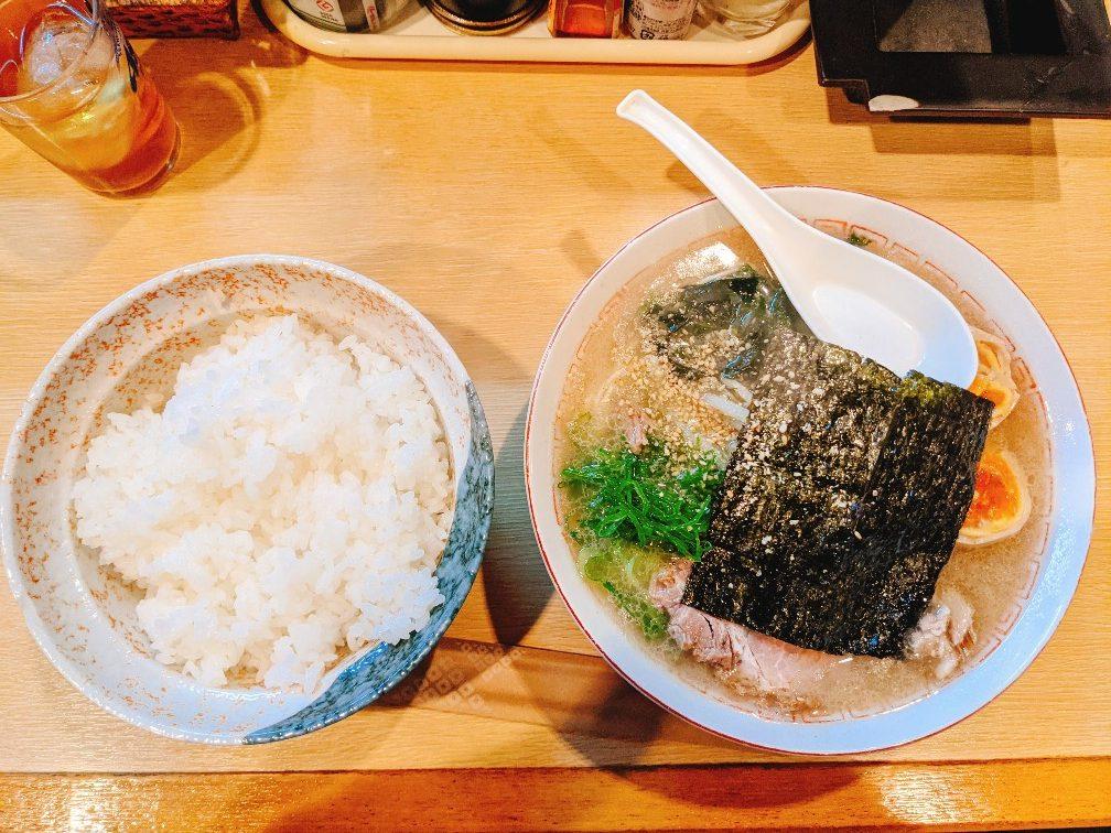一貴の豚骨ラーメン(600円)とライス(100円)